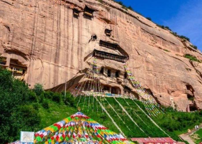 绝壁上的千年古刹,天马在此饮水,康熙龙袍也在寺中保留