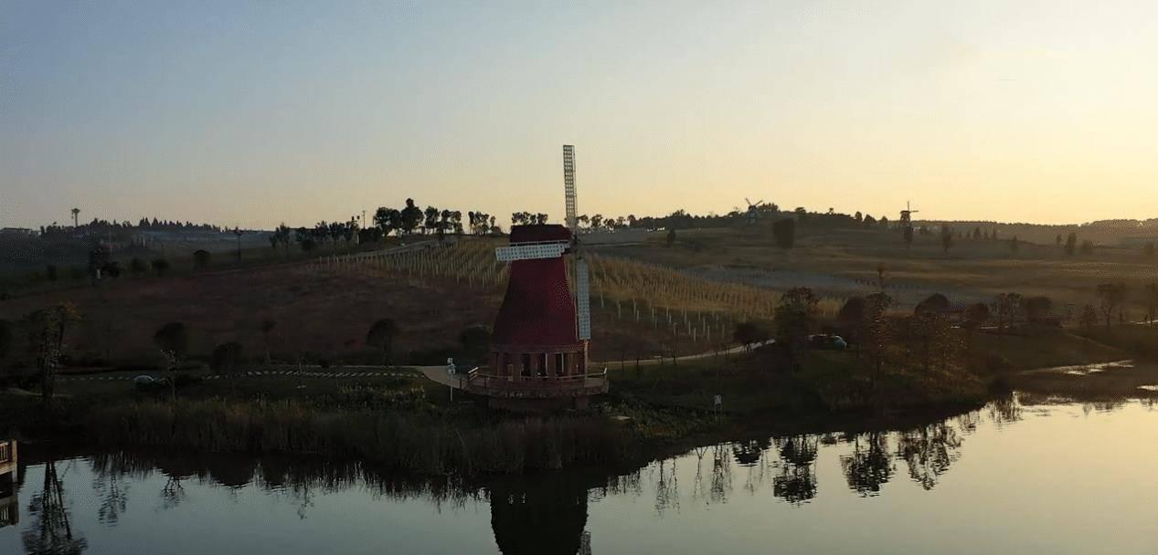 """云南这个""""奇葩""""小镇建筑似酒瓶,风车流水令人迷醉"""