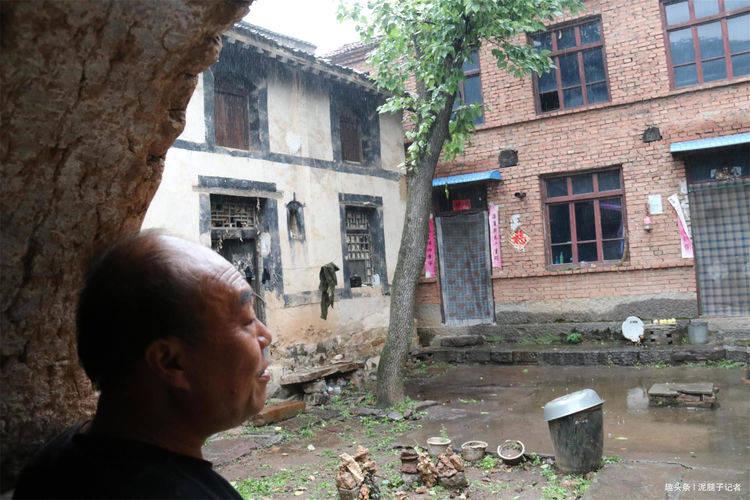 53岁汉子坚守烟雨小山村,房子建在悬崖下,与世无争不愿回城
