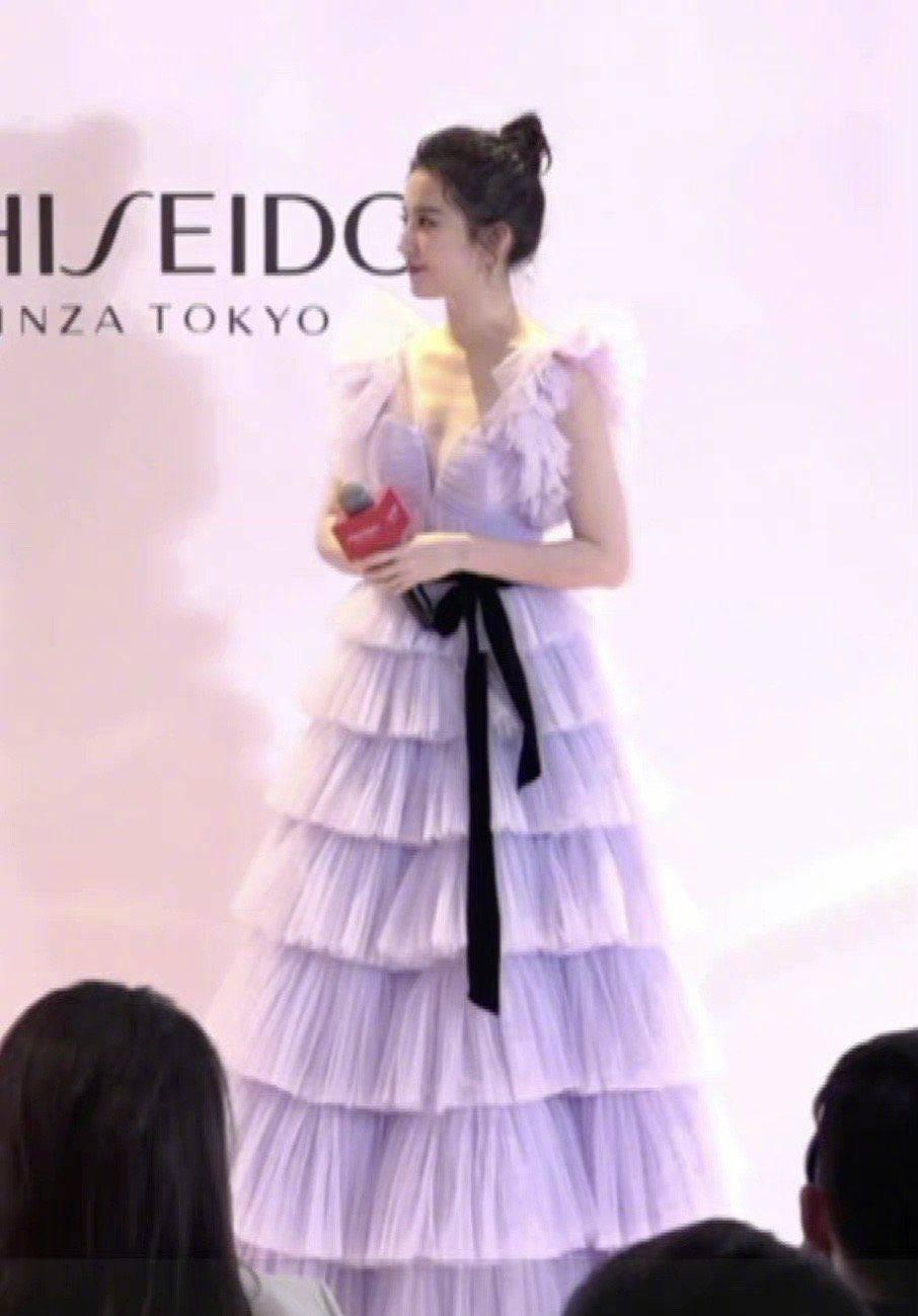 美貌营业!刘亦菲出席活动,穿紫色蛋糕裙太仙,小露身材真养眼