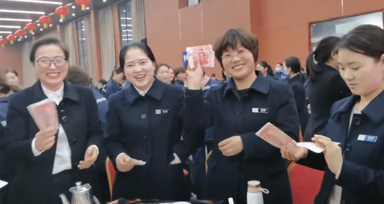 公司给1000多名女员工送去了800元现金和鲜花:她们是公司的半边天