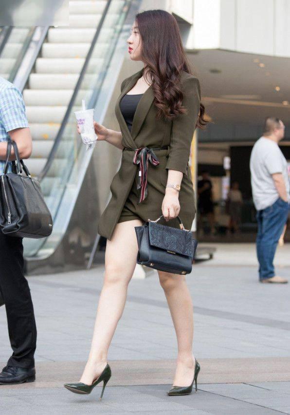 丰腴辣妈的职场穿搭,挺拔身姿显得时尚有范,十分养眼