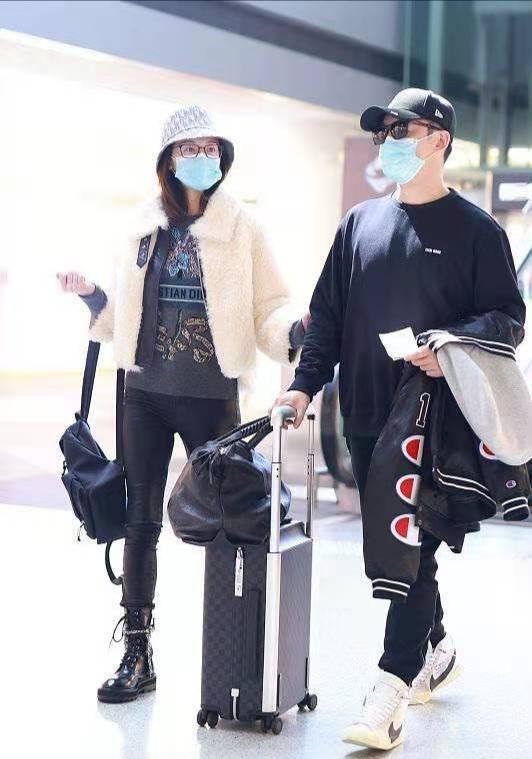 郑恺夫妇首次合体走机场,苗苗瘦过头皮裤好紧巴,郑恺发福又变胖