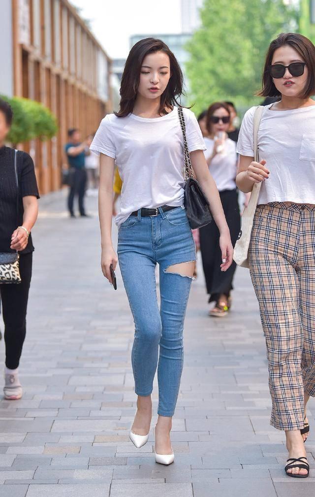 破洞牛仔裤,配白色短袖衫,清秀美丽显气质,大方得体有魅力