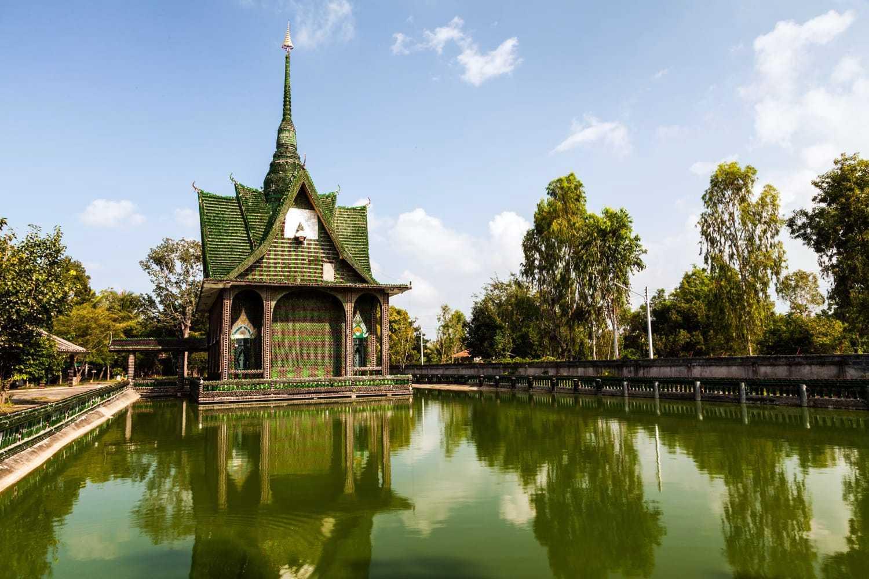 Wat Pa Maha Chedi Kaew(一百万个瓶子的寺庙)