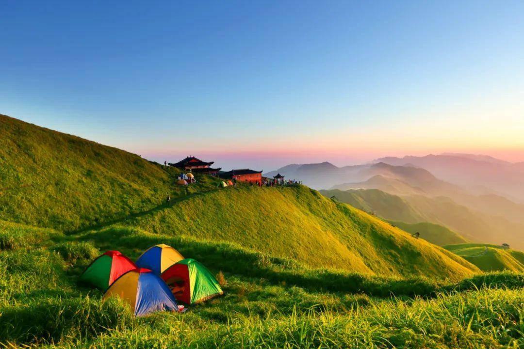 江西一座呈东北—西南走向的山,有庵、堂、寺、观100多处