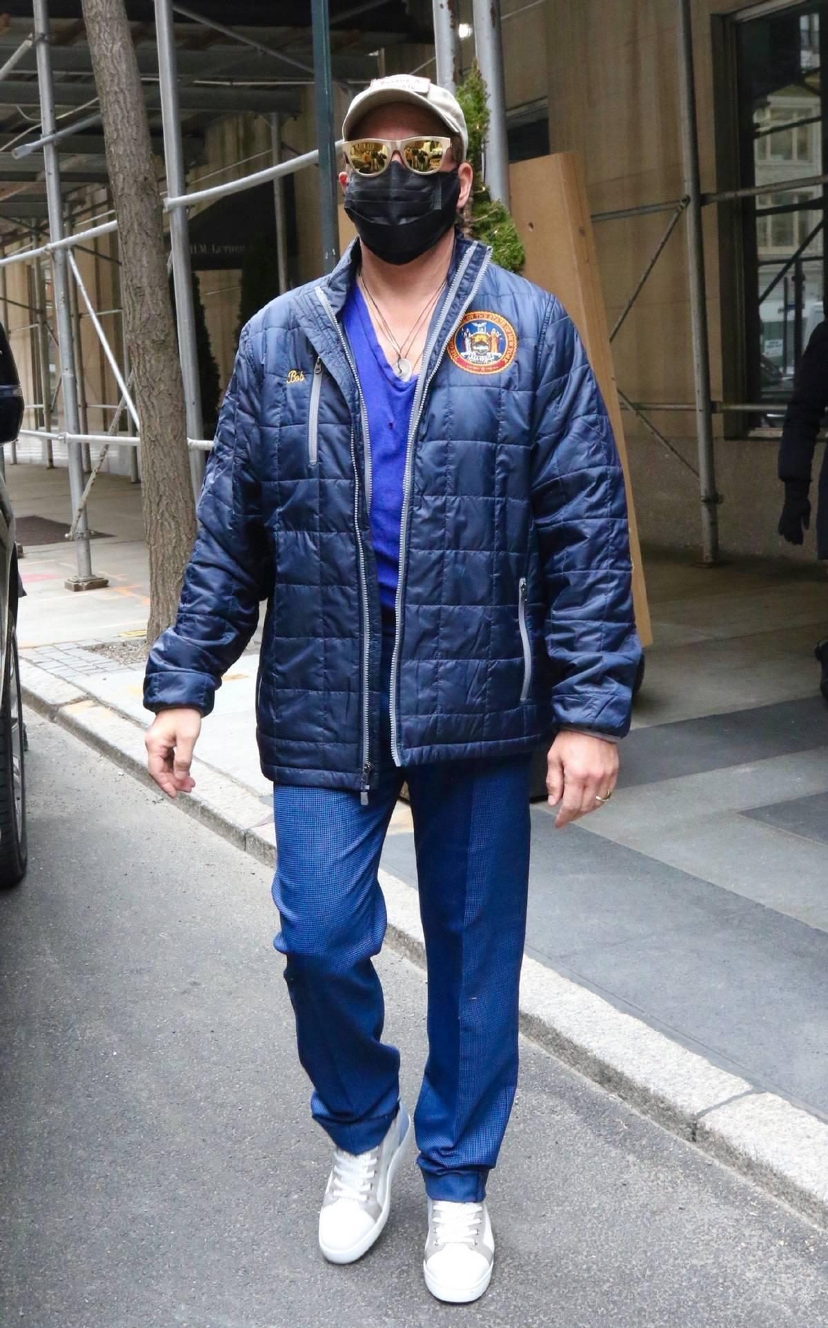 唐尼最新街拍曝光,紫色背心胸口烂两洞,钢铁侠退休后生活太节俭
