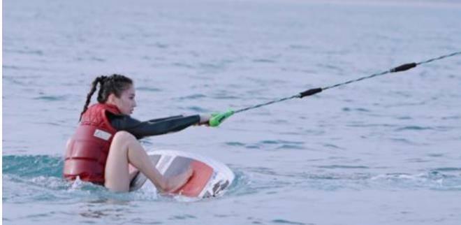黄圣依海上冲浪太抢镜,大胆穿三角泳裤秀美腿,皮肤白得发光