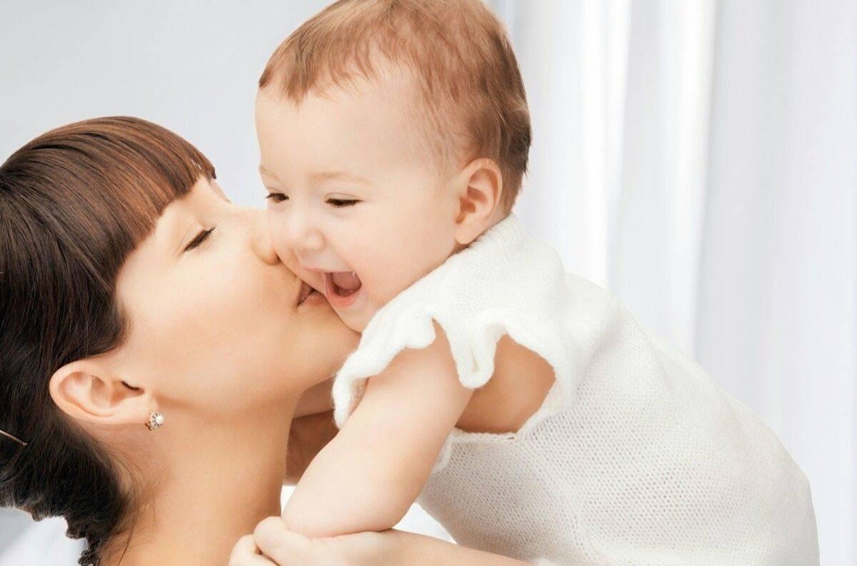 孟婆汤掺水了:爸爸让出生第2天的宝宝亲一个,宝宝立马来个飞吻