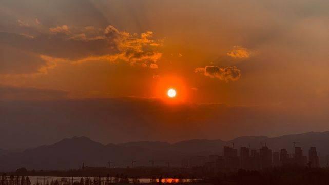 云南昆明现惊艳落日 形似圆盘亮如霓光