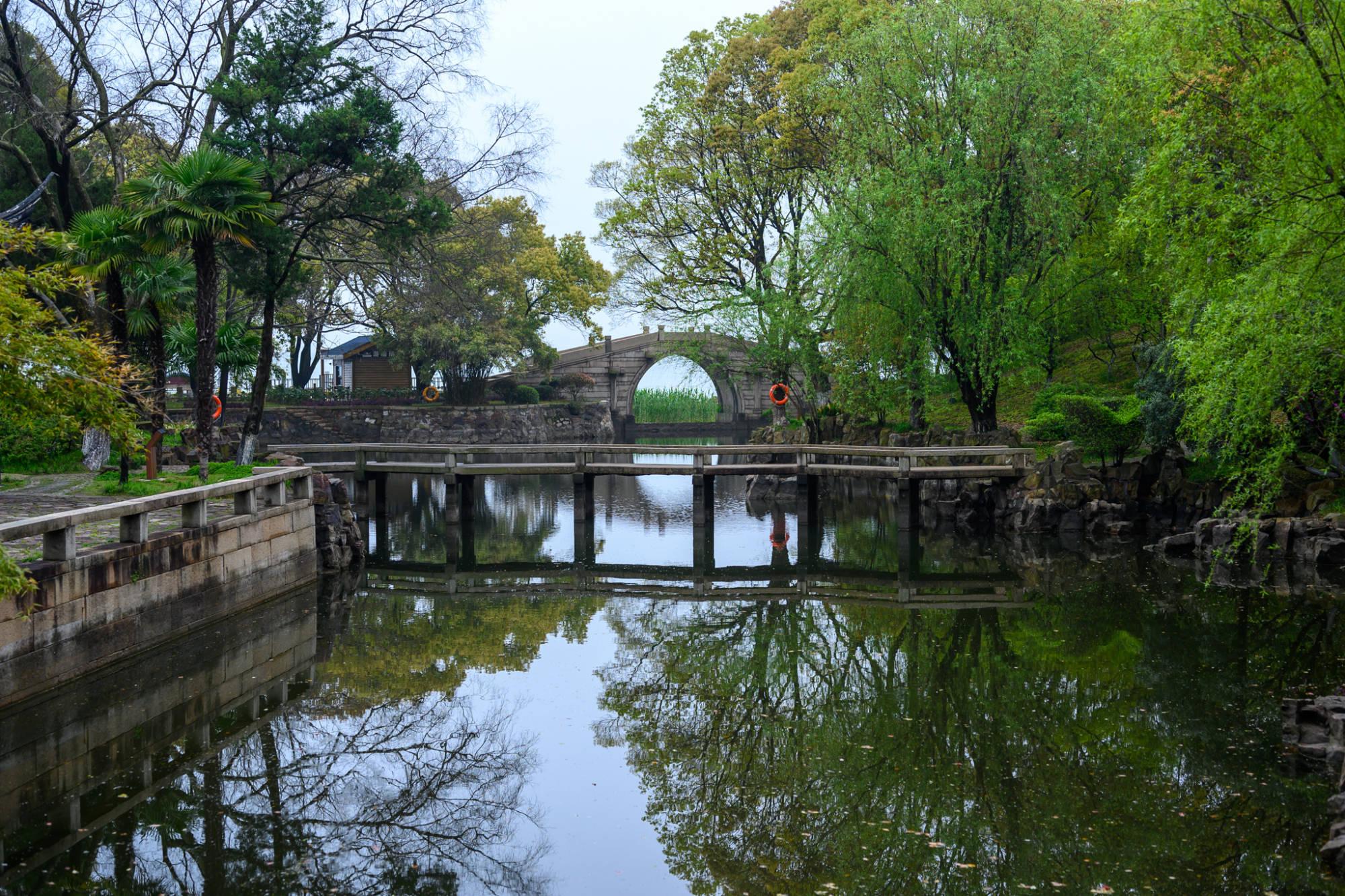 苏州唯一依山傍水的园林,藏在东山岛太湖之滨,知道的游客不多