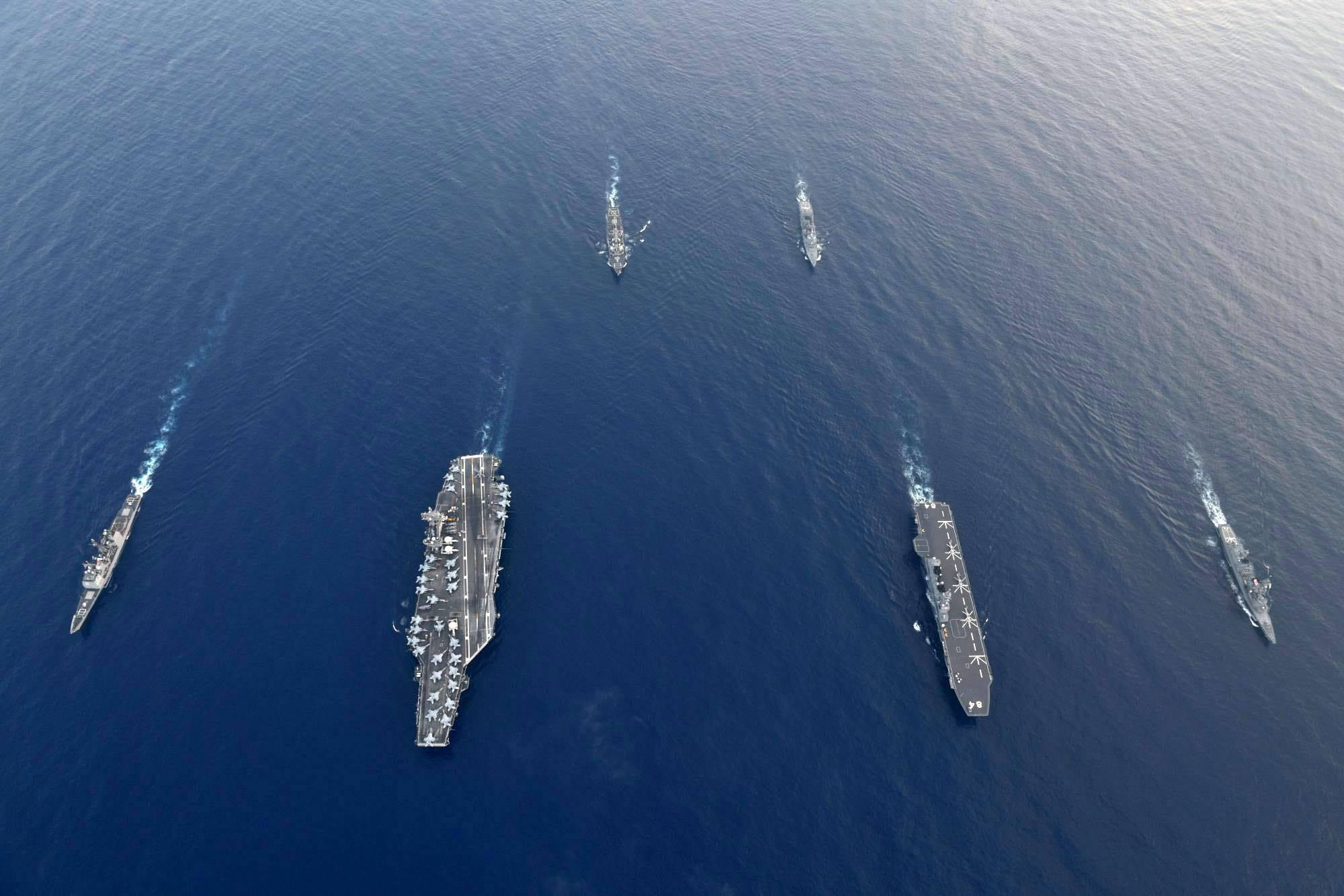 日本出云号航母和美国航母大小对比,交汇一刹那,差距一目了然
