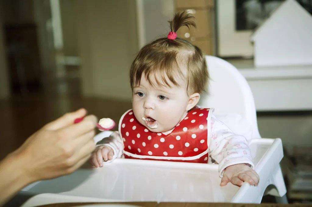 一岁前是娃饮食习惯形成期,妈妈避开这九个误区,让孩子健康成长