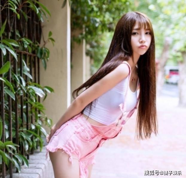 原创             越南高颜值女教师,身材高挑引人注意,颜值身材不输模特儿