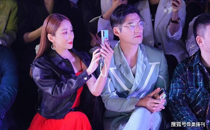 原创             55岁刘嘉玲与童瑶郑希怡同场看秀,化身职场女王,气质完全不输