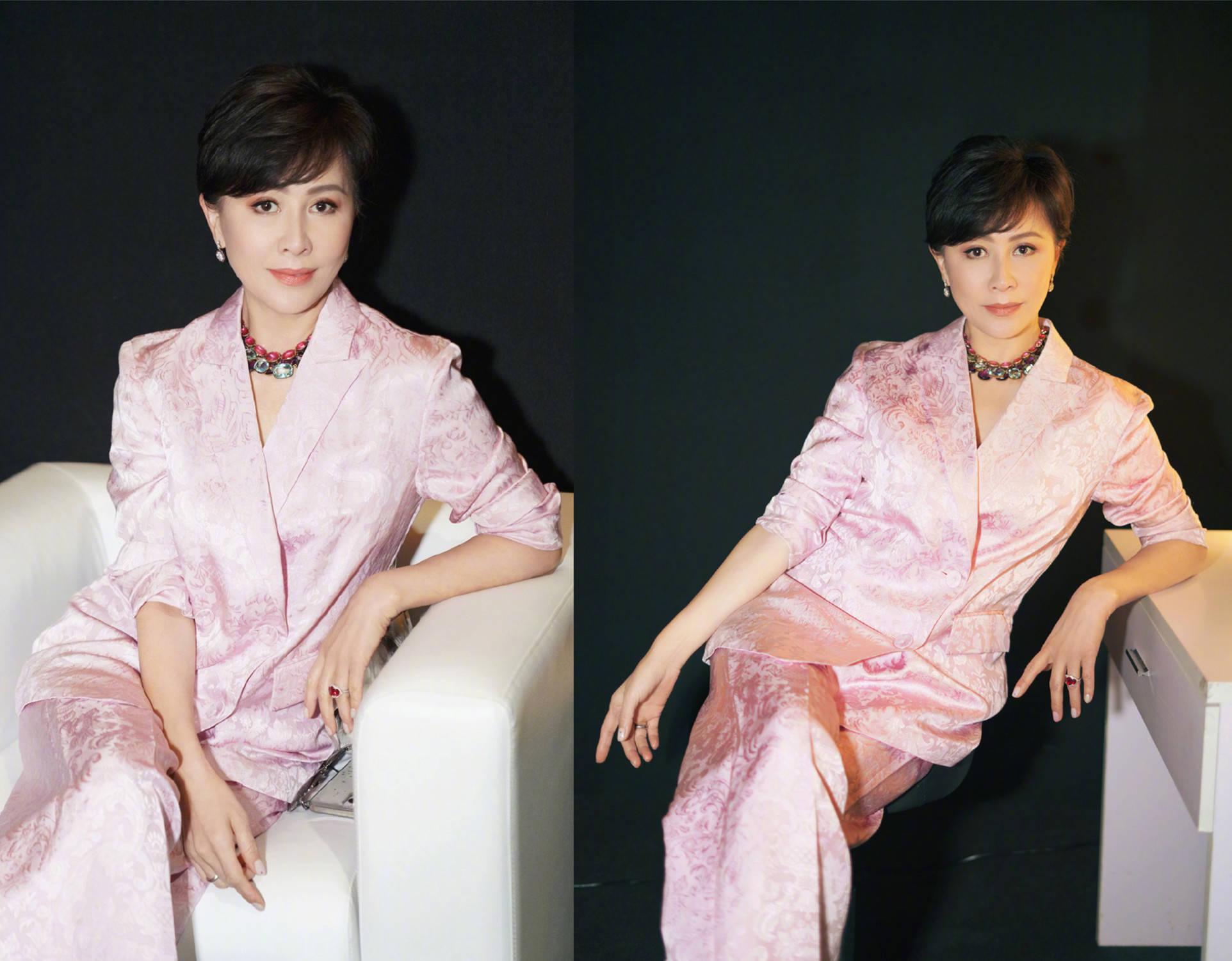 头排看秀,刘嘉玲睡衣风配奢华珠宝,胡兵蕾丝装比女明星抢镜