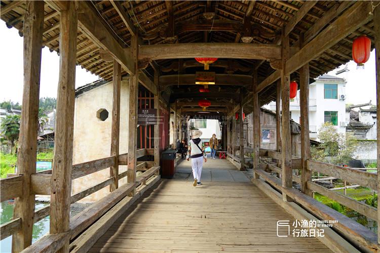 原创             江西婺源500年古廊桥,桥身架在一艘船上,船头还立了根如来佛柱