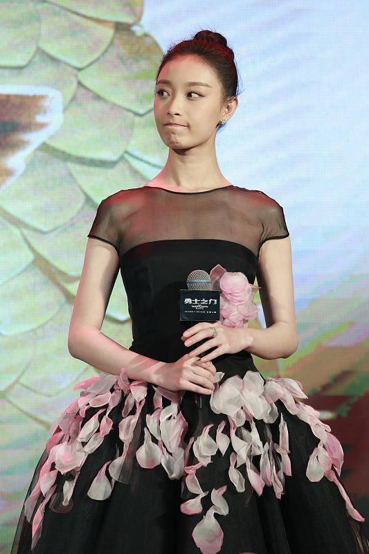 倪妮的气场也太清纯了,穿的裙子乍看像皮肤,也能轻松穿出少女感