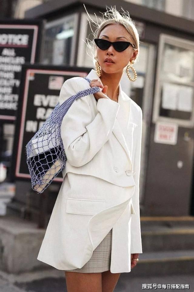 """原创卫衣可以收一收了,现在流行这""""3种""""穿法,时髦和优雅全都有"""