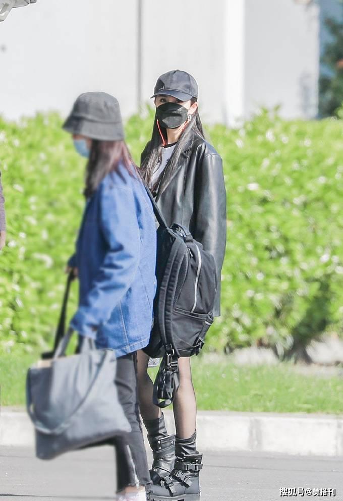 原创             杨幂最新私服,黑色皮衣配黑色丝袜帅气又性感,演绎时髦高级美