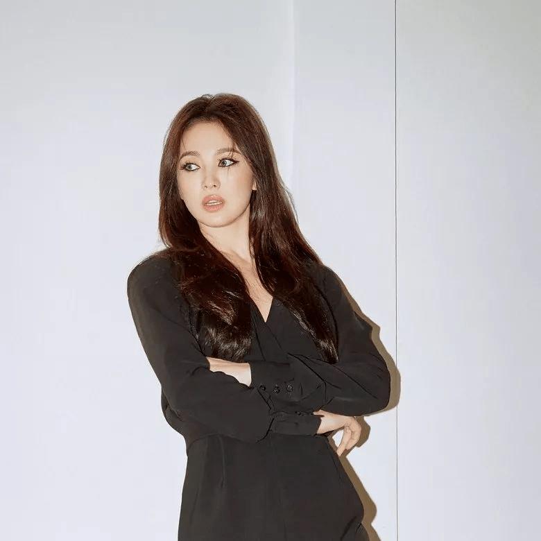 原创             被宋慧乔的气质折服,穿黑色连体裤高级感无敌了,烟熏妆超级酷!