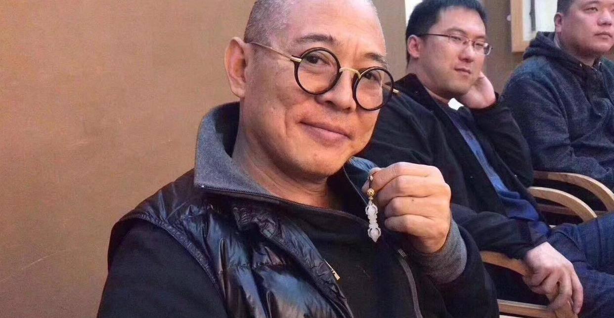 57岁李连杰频传去世,本尊到五台山祈福,利智仍貌美他却难掩老态