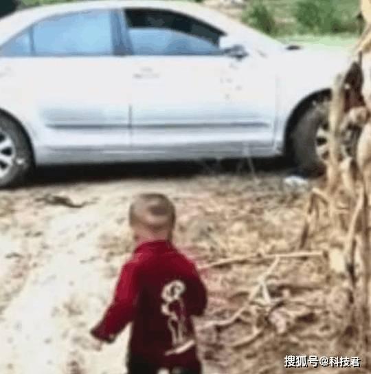 【2岁宝宝追离家爸爸】2岁宝宝泥路追着离家的爸爸 所有人泪崩