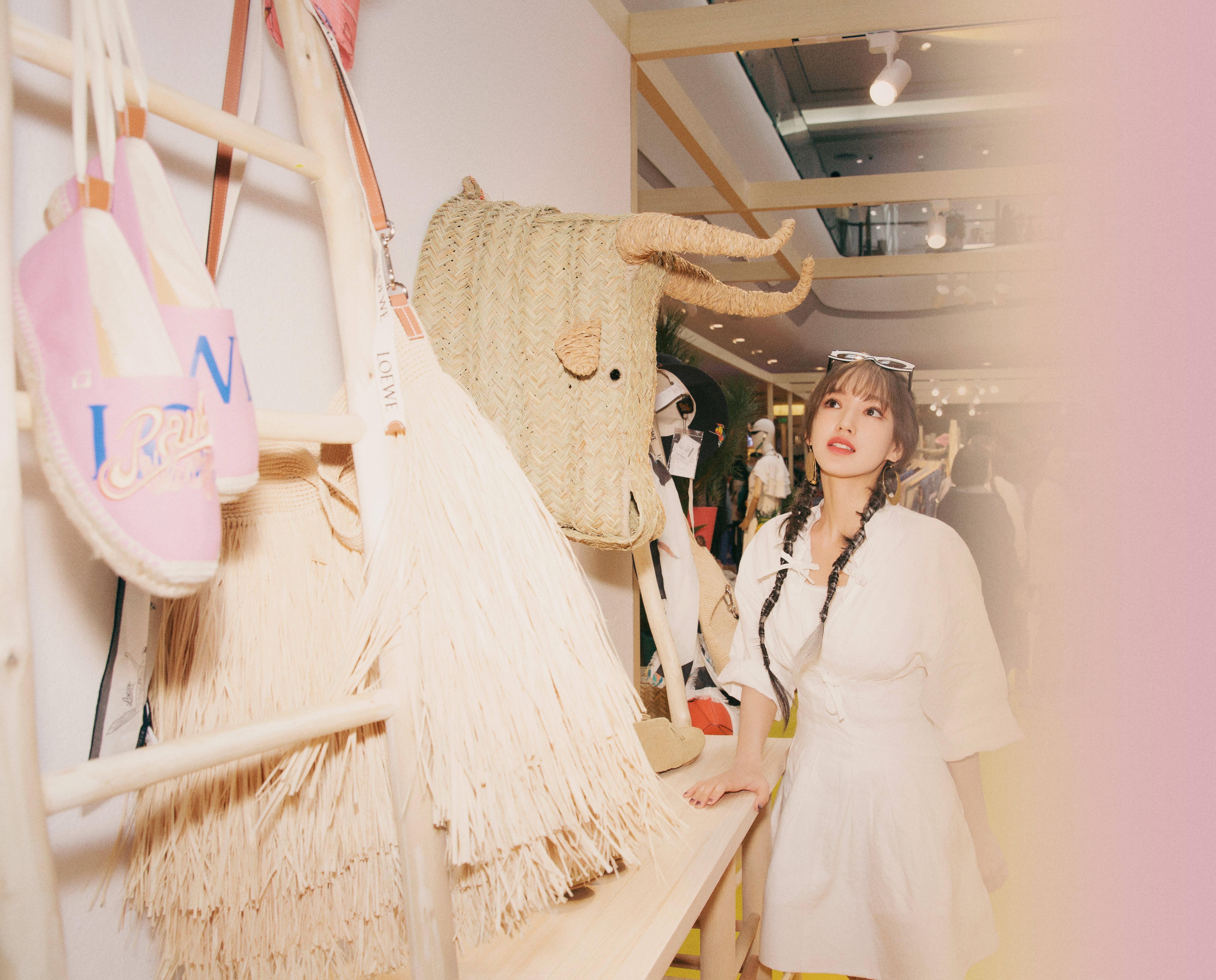 【程瀟身著白色連衣裙】也太可了吧,卡斯柏居然想做搜狐時尚主持人