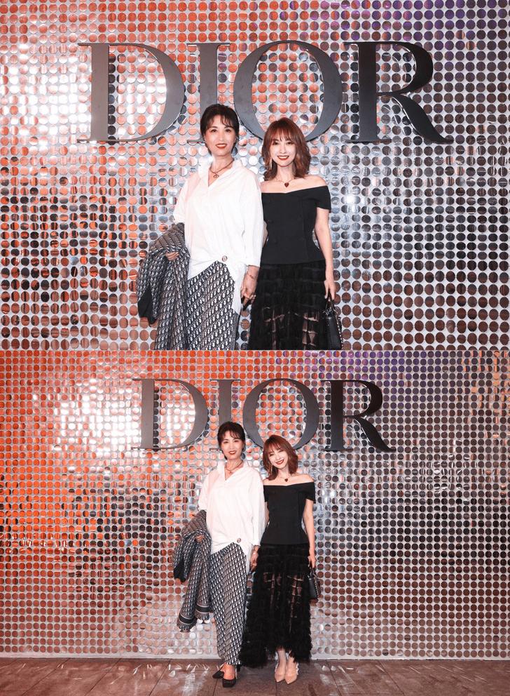 原创             吴昕与妈妈同框拍照,这哪像母女,明明更像姐妹,吴妈穿衣太飒了