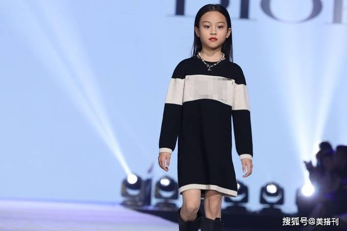 原创             8岁甜馨首次走秀毫不怯场,两套LOOK高贵典雅,不输钟丽缇女儿