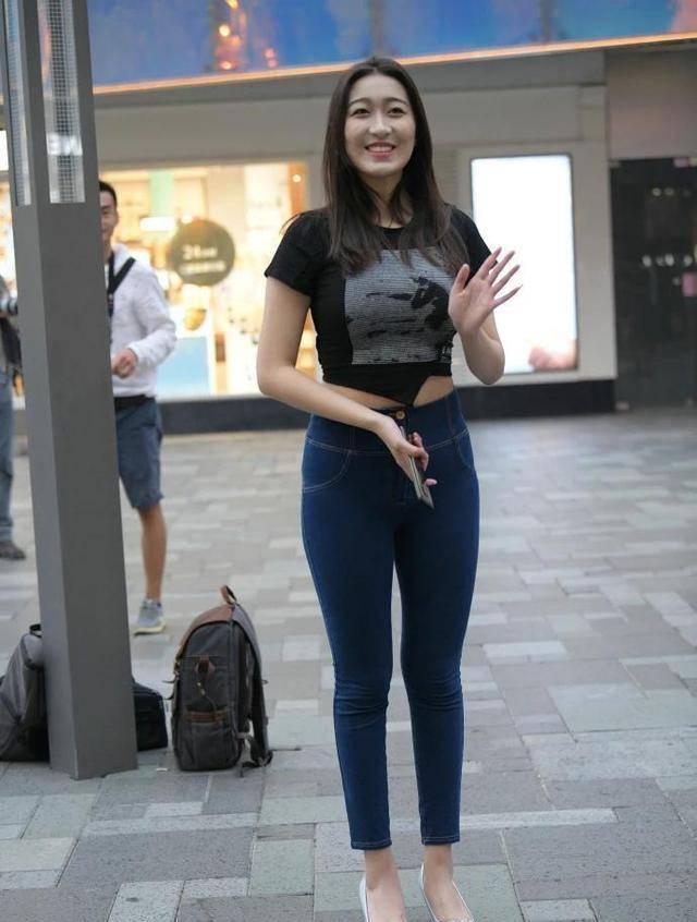 原创             气质时髦穿搭,黑色短袖配紧身牛仔裤,简约洋气,显瘦还提升自信