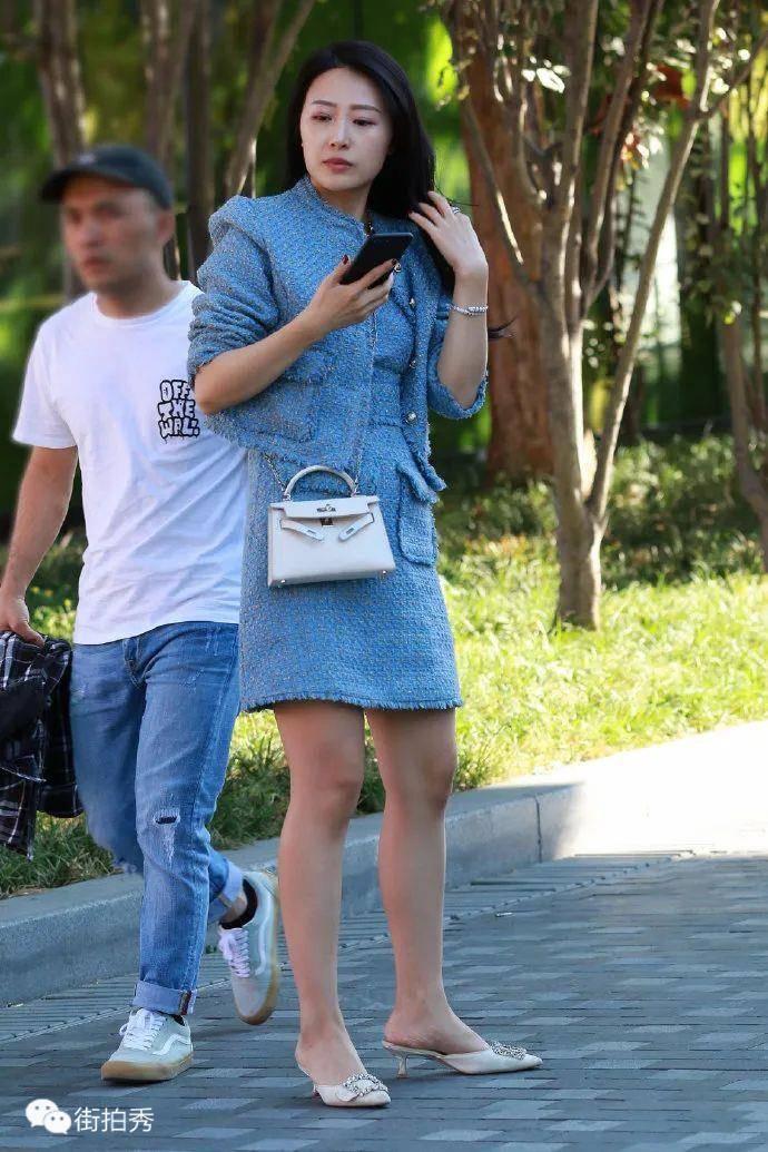 街拍:穿蓝裙,风韵性感的长发美女