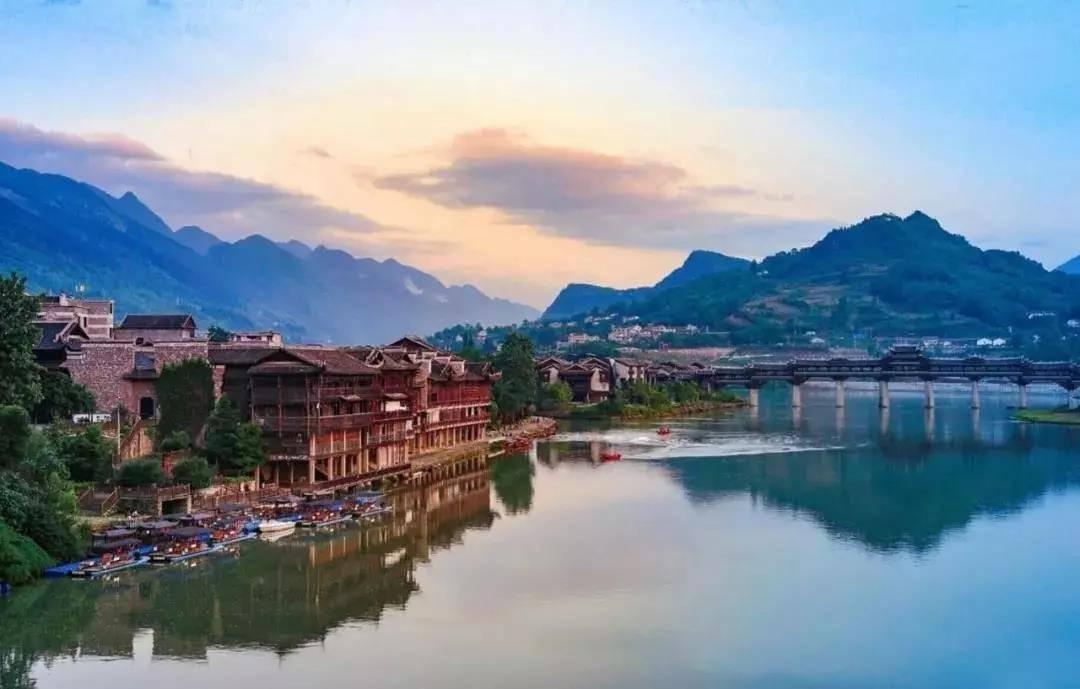 重庆集土家吊脚楼群落、码头、商贸文化于一体的千年古镇