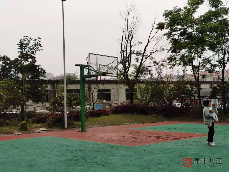 篮球场就在楼边,九江曼城小区一业主因球声失眠
