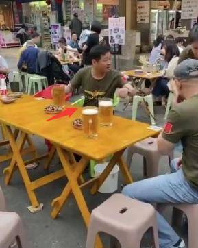 51岁三德子现身路边摊,身价过亿却仅吃花生米,还娶小16岁娇妻  第1张