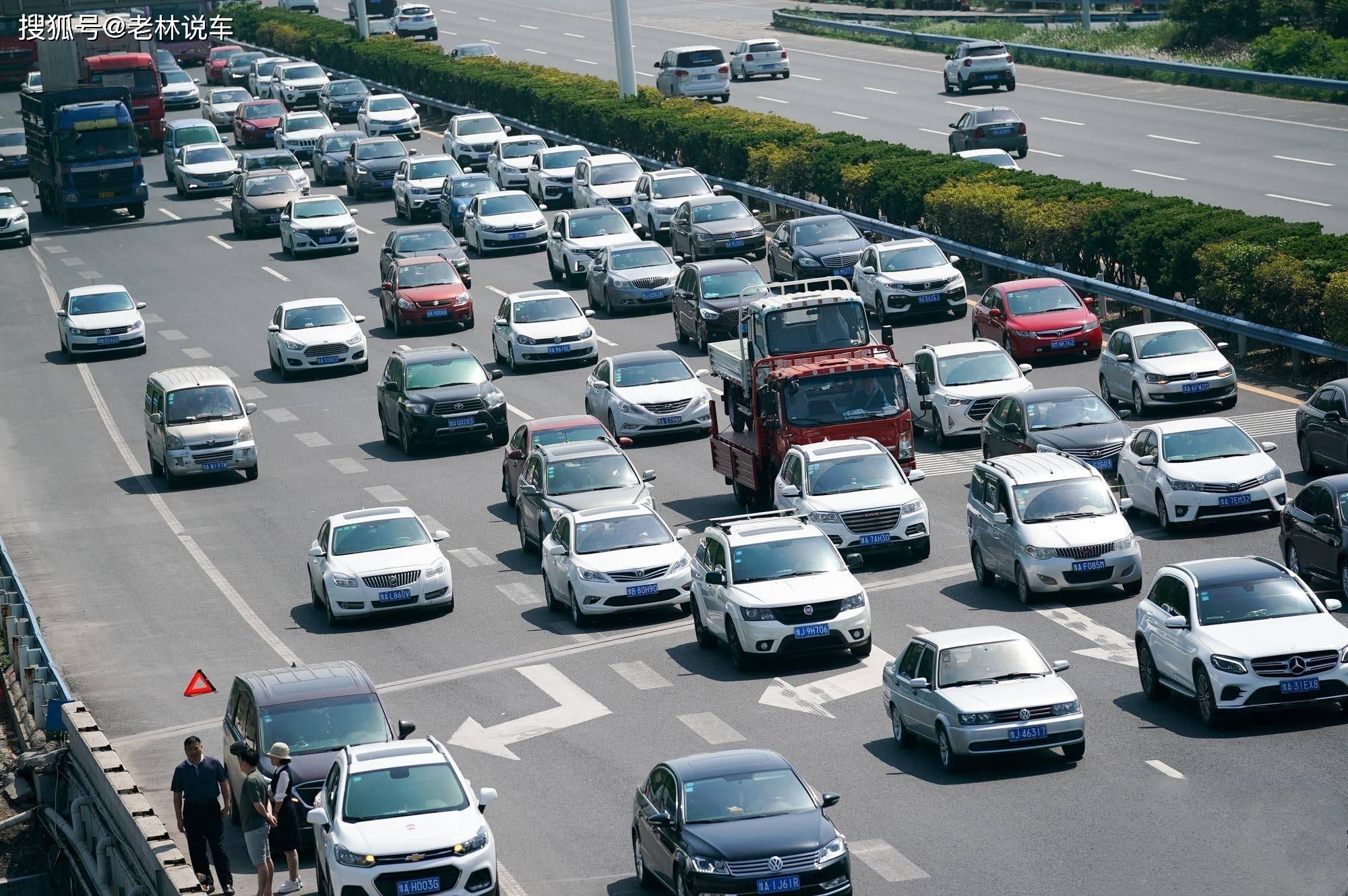"""五一高速怪现象:慢车在快车道""""龟行"""",快车在慢车道超车"""