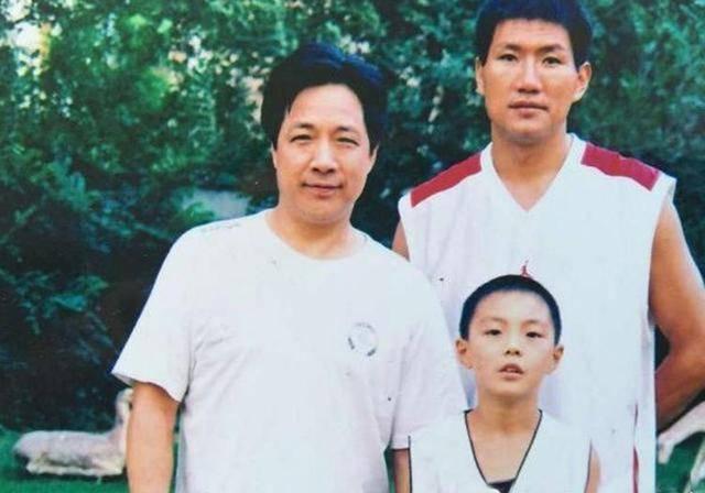 老公和新疆男篮老总打球,儿子成篮球明星,胡妈妈才是人生大赢家