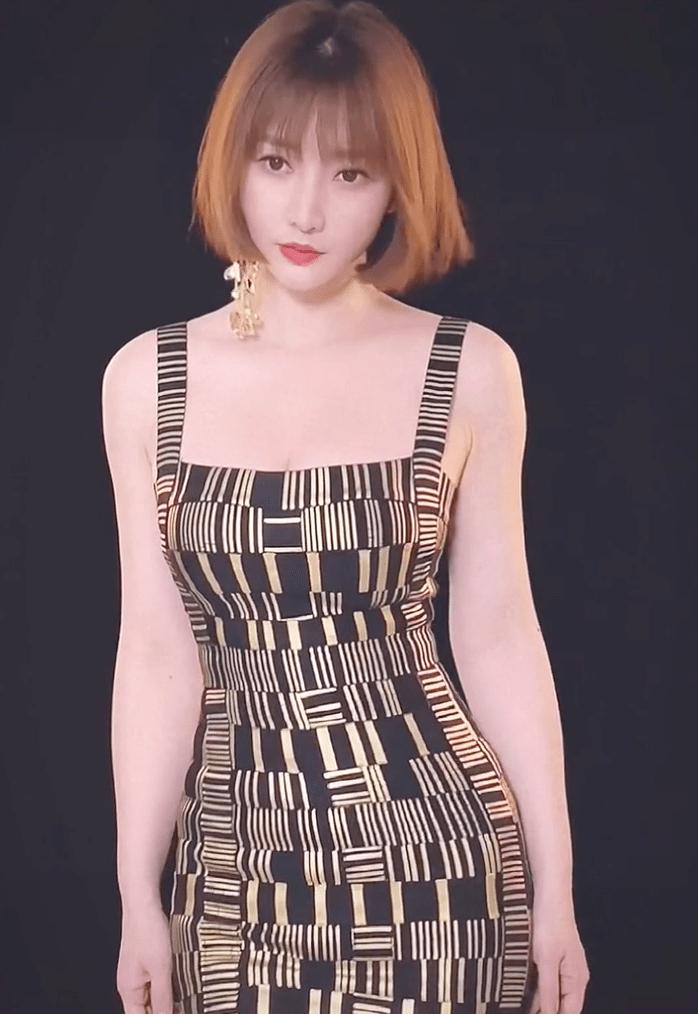 柳岩穿吊带裙拍美照,魔鬼身材令网友流口水,不敢相信她有40岁