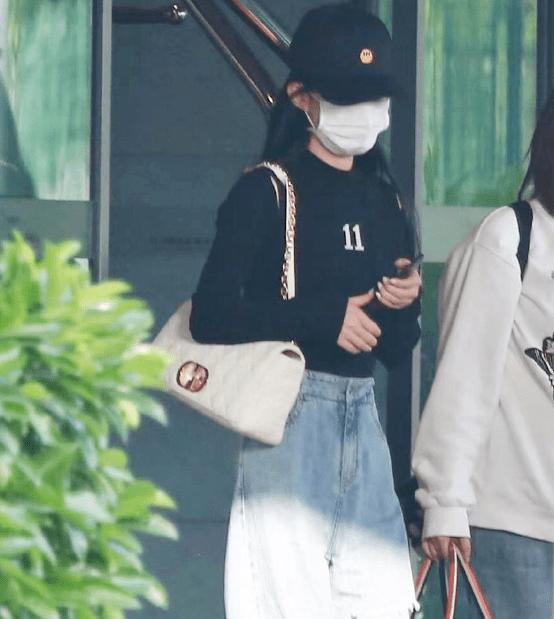 赵丽颖开工落地上海机场面部遮挡密不透风全身行头超过3万块钱插图5