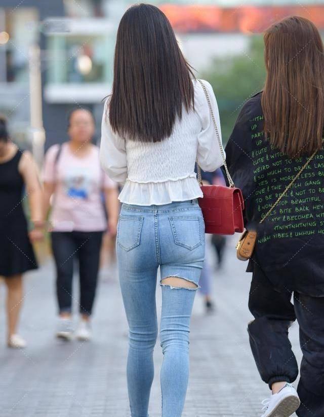 【丝巾的风格和配色问题】白色凉鞋蓝色穿孔打底裤配什么丝巾好?