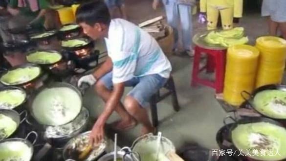 """叔叔卖""""一元小吃"""",和婶婶2人需操作22口锅,一天能卖1800份!"""