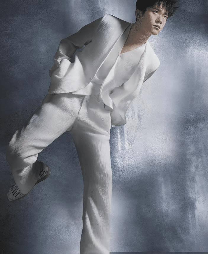 易烊千玺最新大片出炉,白色套装秀气,职业装帅气时尚感十足