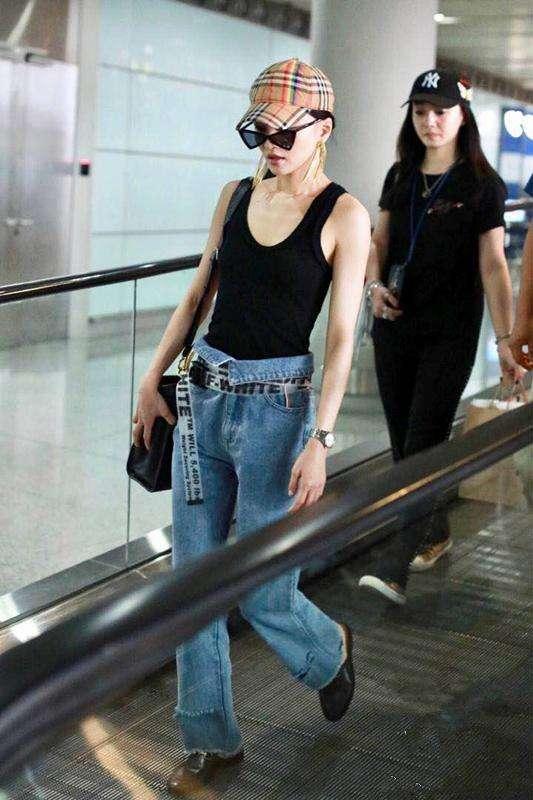 张韶涵穿透视衫现身机场,为了突出3万多的包,比蔡依林还敢穿