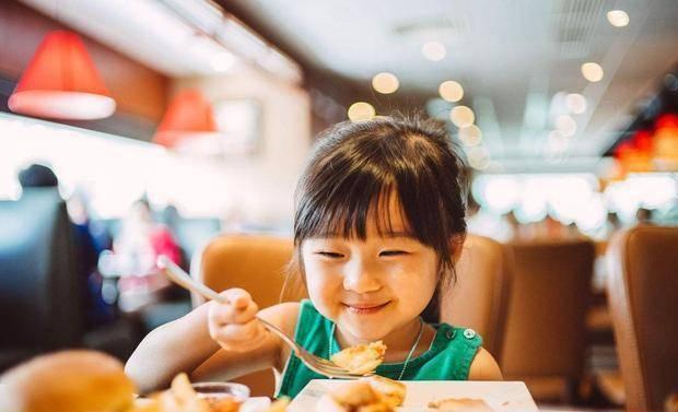 奶奶: 总来我家吃饭害不害臊 孩子的回答, 让妈妈笑得腰挺不起来