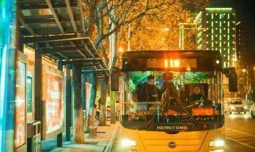 公交车司机暖心叮嘱,高三女孩留纸条感谢,司机看后眼眶湿润                                   图2