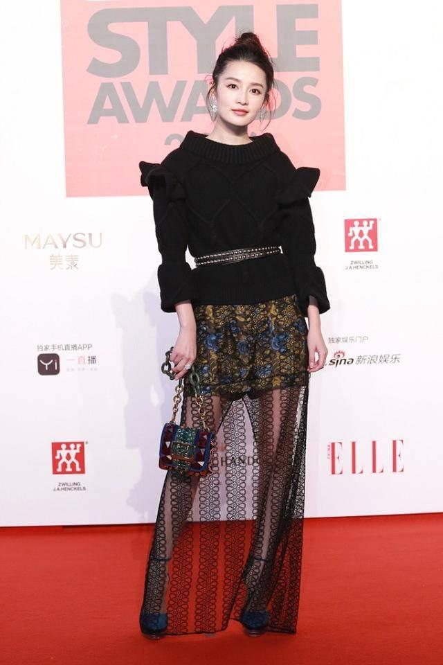 """李沁也有走""""妩媚风""""的时候,穿暗红色蕾丝裙,不显老反而挺高级"""