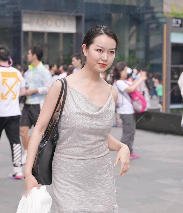 連衣裙養眼不失時尚感,彰顯一絲活力