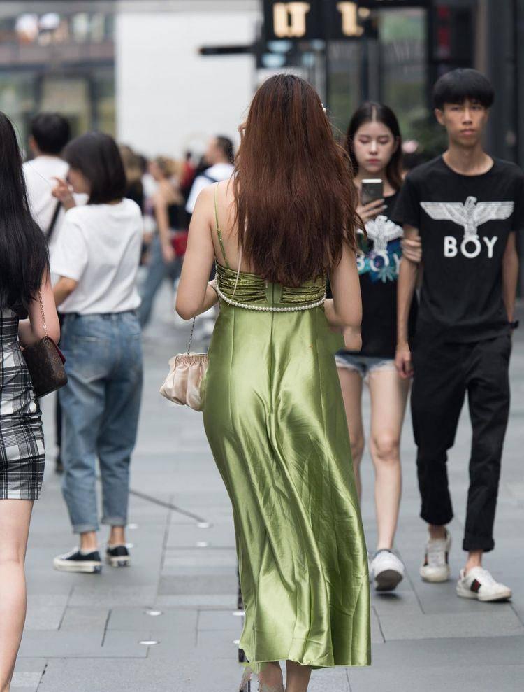 原创             翠绿色礼服裙使用珍珠链条作为配饰,高贵奢华还大气
