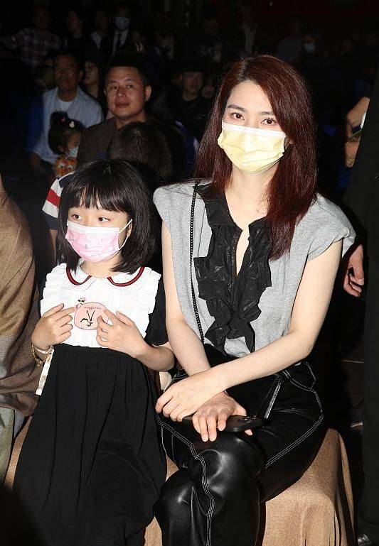 洪欣首次帶女兒公開露面,母女倆合體助陣劉嘉玲,她全程高冷!
