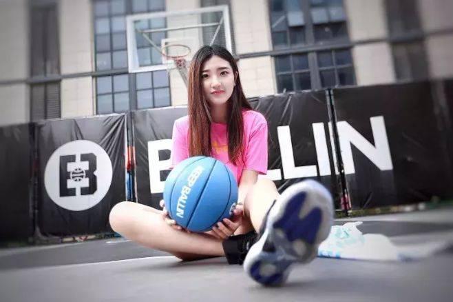 """她被称为""""篮球女神"""",肤白貌美球技好,转型重返球场,年入百万"""